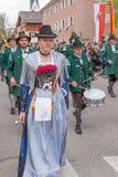 Den Mark Eden familjeförsörjaren i Gebirgsschà ¼ tzen företaget Schliersee i klänningslivet Arkivfoto