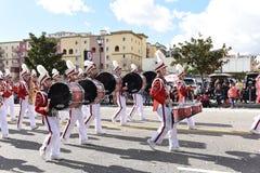 Den Mark Keppel High School Marching musikbandet på Los Angeles det kinesiska nya året ståtar arkivfoton