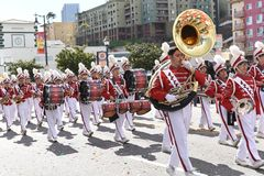 Den Mark Keppel High School Marching musikbandet på Los Angeles det kinesiska nya året ståtar royaltyfria bilder
