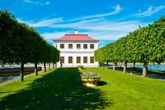 Den Marli slotten i Peterhof parkerar Arkivbild