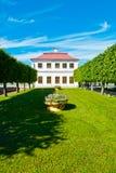 Den Marli slotten i Peterhof parkerar Arkivfoton