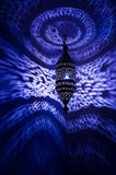 Den marockanska lampan med reflekterade blått mönstrar royaltyfria bilder