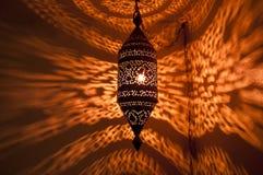 Den marockanska lampan med reflekterat guld- mönstrar Royaltyfri Foto