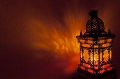 Den marockanska lyktan med guld färgade exponeringsglas i horisontalposition royaltyfri foto
