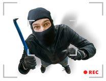 Den maskerade rånaren eller inbrottstjuven antecknas med den säkerhet dolde kameran Royaltyfria Foton
