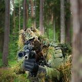 Den maskerade soldaten siktar på målet Royaltyfria Foton