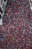 Den massiva folkmassan av Chicago Blackhawksfans fyller gatorna av i stadens centrum Chicago för lagets Stanley Cup Victory Parad Arkivfoto