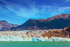 Den massiva glaciären stiger ned in i vattnet Royaltyfri Bild