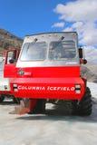Den massiva isutforskaren som planläggs special för is- lopp, tar turister på yttersidan av Columbiaen Icefields, Kanada arkivfoton