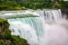 Den massiva vattenfallet applåderar tätt upp i sommar royaltyfri foto