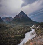 Den Matanuska floden är den härliga glaciären matad flod i Alaska royaltyfri foto