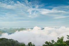 Den maximala vinden runt om molnen Arkivfoton