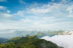 Den maximala vinden runt om molnen Arkivfoto