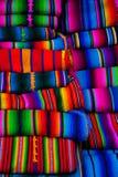Den Mayan filttextilen planlägger på marknaden i Chichicastenango arkivbilder