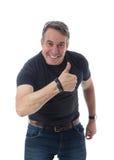 Den medelåldersa mannen bär den svarta t-skjortan Han gör en gest med hans th Royaltyfri Bild