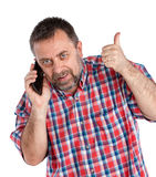 Den medelåldersa mannen talar på en mobiltelefon Arkivfoton