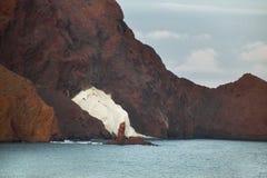 Den medelhavs- kustlinjen med vitt och rött vaggar i Almeria Spa Arkivbild
