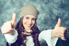 Den medelhavs- unga kvinnan med långt brunt hår - vända mot uttryckt royaltyfri fotografi