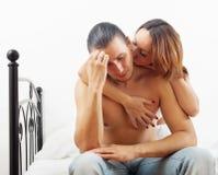 Den medelåldersa mannen har problemet, frun som tröstar honom Royaltyfria Bilder