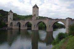 Den medeltida bron med flera välva sig spänna över floden Royaltyfria Foton