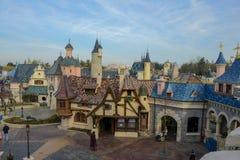 Den medeltida byn i Disneyland parkerar av Paris Royaltyfri Bild
