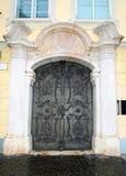 Den medeltida dörren med utsmyckat belägger med metall mönstrar (Salzburg) Royaltyfria Bilder