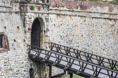 Den medeltida fästningsten-tegelsten vallen, med den bepansrade porten och uppvaktar Arkivfoto