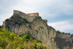 Den medeltida gamla fästningen av i den San Lejonetstaden vaggar på i de Marche regionerna i Italien Fotografering för Bildbyråer