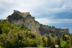 Den medeltida gamla fästningen av i den San Lejonetstaden vaggar på i de Marche regionerna i Italien Royaltyfri Fotografi