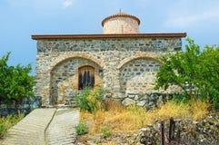 Den medeltida kyrkan i den Pelendri byn Arkivfoto