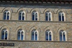 Den medeltida manifestationen av mångkulturalismen och religiös tolerans - i teckningen av fönstren korsar kristen och t royaltyfri foto