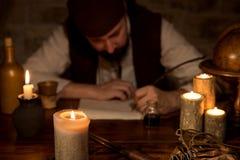 Den medeltida mannen är tecknet en dokument, en begreppsaffär och ett avtal Arkivbilder