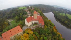 Den medeltida militära slotten med fängelset för riddare gör till kung flyg- stock video
