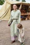 Den medeltida modern med henne behandla som ett barn Royaltyfria Foton