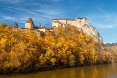 Den medeltida Orava slotten över en flod royaltyfri bild