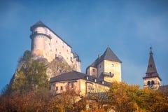 Den medeltida Orava slotten i höst, Slovakien arkivfoton