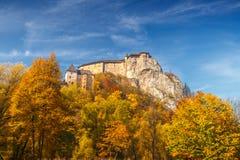 Den medeltida Orava slotten i höst, Slovakien fotografering för bildbyråer