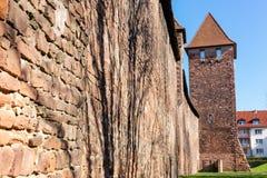 Den medeltida romerska stadsväggen med torn avmaskar in, Tyskland royaltyfria bilder