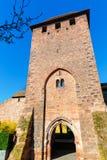 Den medeltida romerska stadsväggen med torn avmaskar in, Tyskland royaltyfria foton