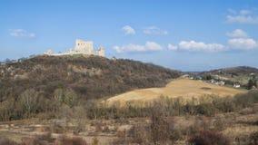 Den medeltida slotten av Csesznek med byn Arkivbilder