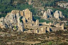 Den medeltida slotten av Loarre över vaggar med den omgeende väggen Royaltyfri Fotografi