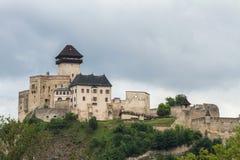 Den medeltida slotten av staden av Trencin i Slovakien Arkivbilder