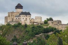 Den medeltida slotten av staden av Trencin i Slovakien Royaltyfri Bild