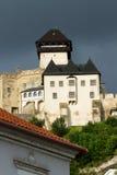 Den medeltida slotten av staden av Trencin i Slovakien royaltyfria bilder