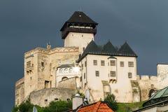 Den medeltida slotten av staden av Trencin i Slovakien royaltyfri foto