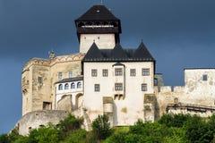 Den medeltida slotten av staden av Trencin i Slovakien Arkivfoto
