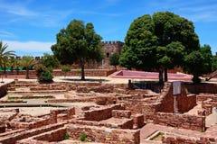 Den medeltida slotten fördärvar i borggården, Silves, Portugal Arkivbild