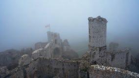 Den medeltida slotten fördärvar i sikt för tung dimma från hög poäng Royaltyfri Bild