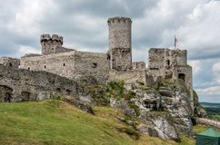 Den medeltida slotten i Ogrodzieniec i Polen fotografering för bildbyråer