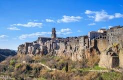 Den medeltida staden Pitigliano på tuff vaggar i Tuscany, Italien Arkivbilder